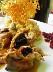 Muslo de Pollo rellenos de Ciruela y Cranberries en salsa de Piña