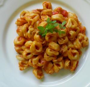Tortellini relleno de masa de cangrejo