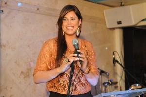 Renata Soñé mientras se dirige al público