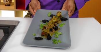 Envoltinis de Cerdo rellenos de Ciruela con Salsa de Chinola y Jengibre