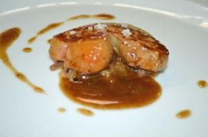 Foie grass caliente con ragout de mollejas de pato al vinagre de modena