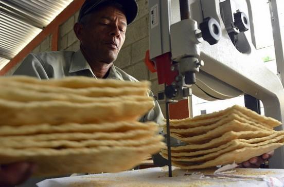 Relanzan industria del casabe en Loma de Cabrera