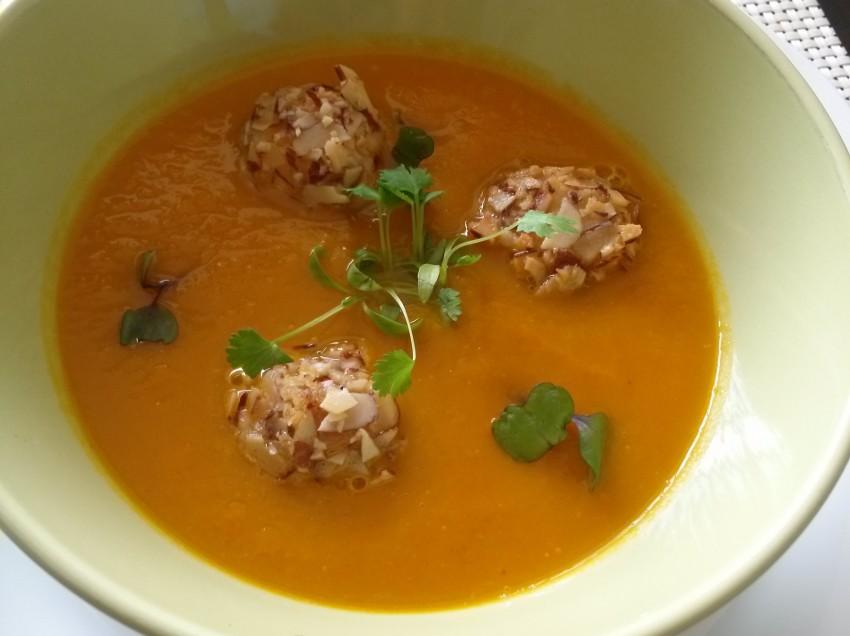 Crema de zanahoria con croquetas de queso de hoja y almendras