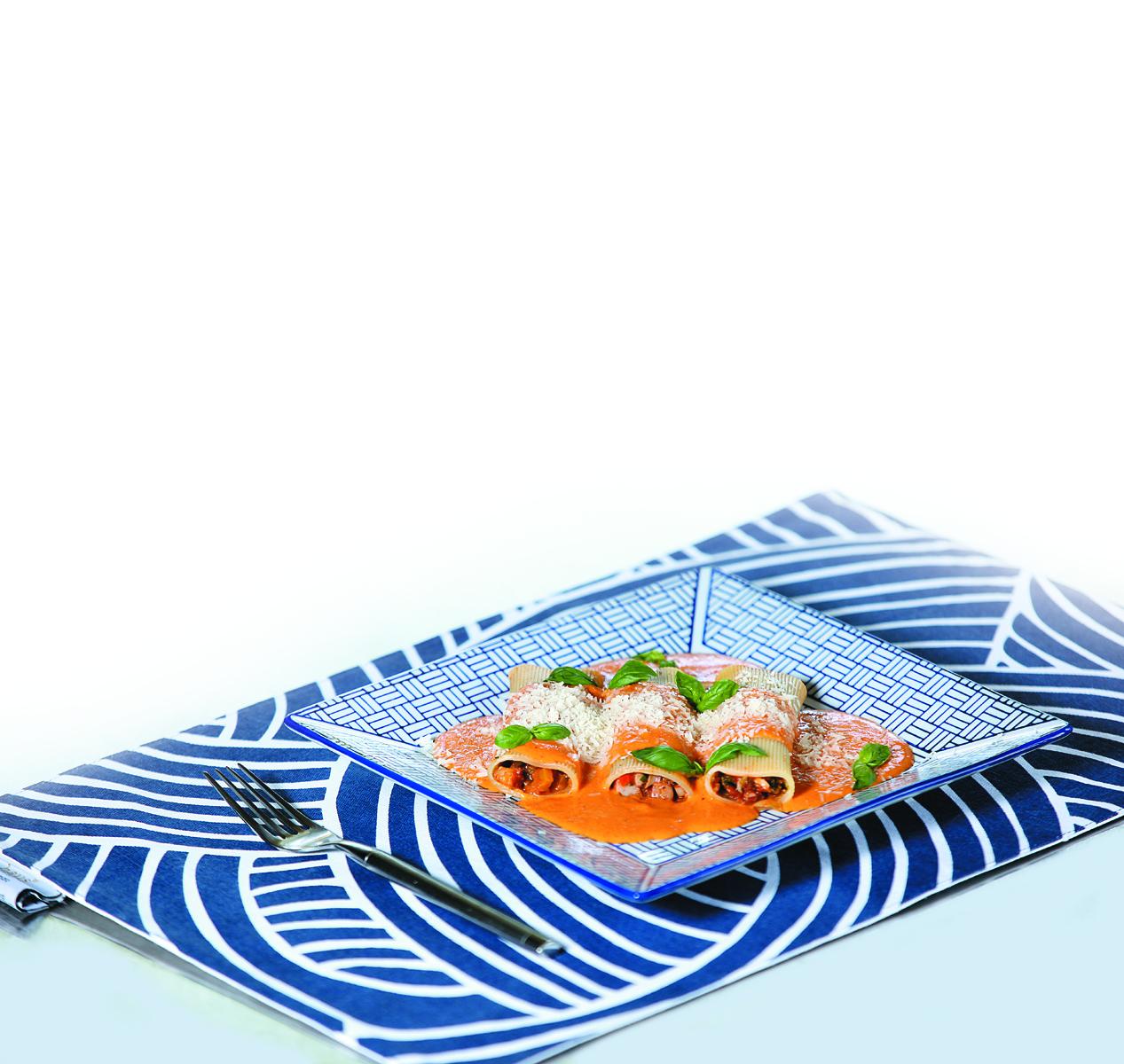 Receta Dominicana para Semana Santa: Canelones rellenos de mariscos con salsa de chile guajillo y cubanela rojo asado